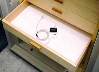 収納箪笥内の温湿度管理用に設置したデータロガ