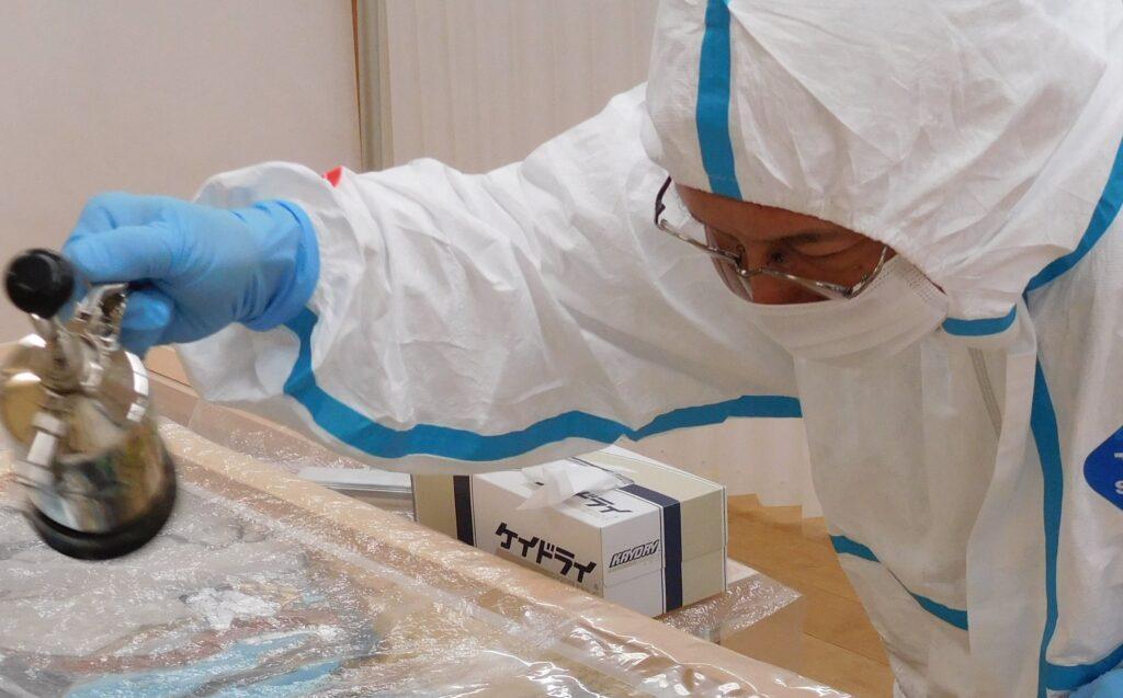 文化財に含まれる有害物質の除去作業の様子